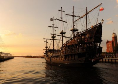 statek dragon zachod slonca wustce